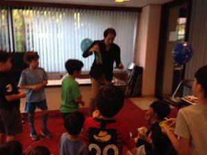 シャンパンの出現に驚くお誕生日会の子供達 マジシャン出張・派遣