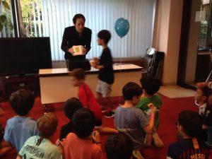 マジシャンの不思議な箱とお誕生日会の子供達 出張・派遣