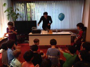 マジック道具を取り出すマジシャンとお誕生日会の子供達 出張・派遣
