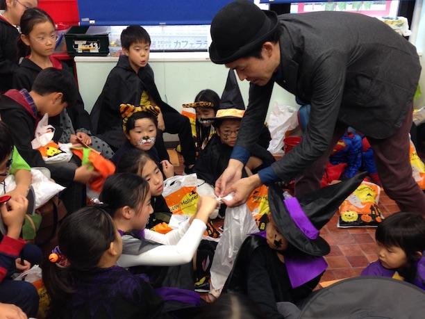 ハロウィーン子ども向けイベントでマジックショー