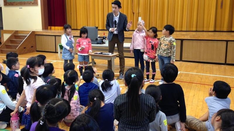 小学校のハロウィーンイベントでマジックショー