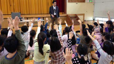 小学校でハロウィーンマジックショー