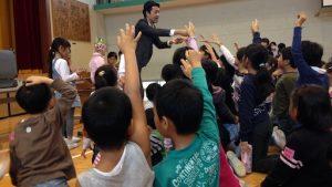 小学校のハロウィーンパーティーでマジックショー