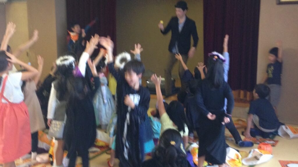 子ども向けハロウィーンイベントでマジックショー