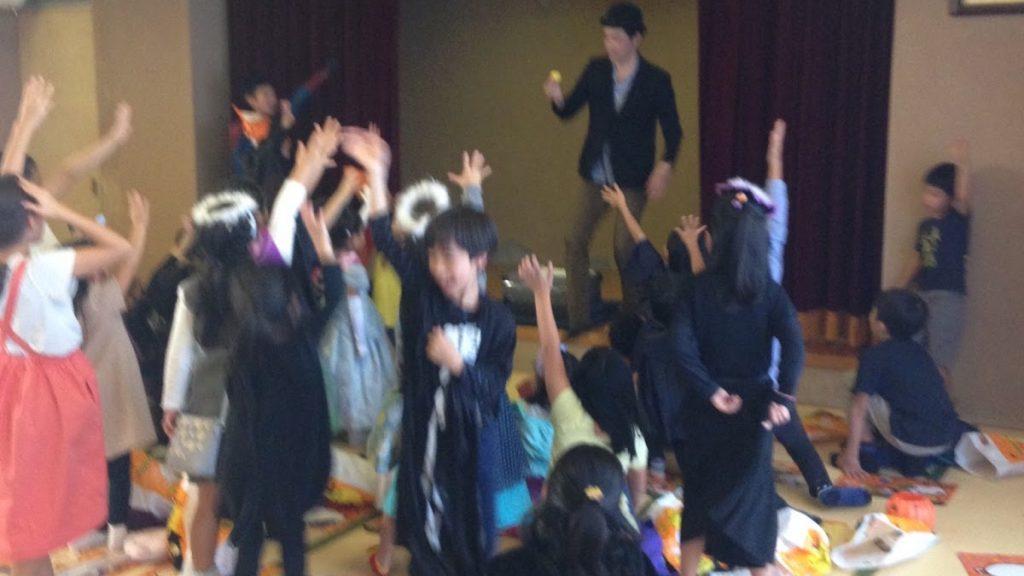 ハロウィーンイベントで子供向けマジックショー