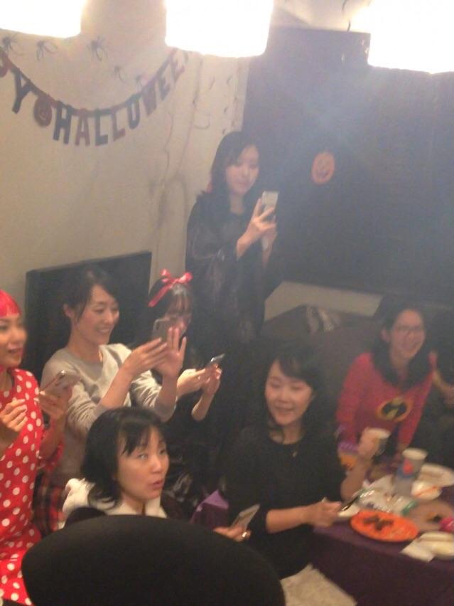 ハロウィーンホームパーティーでマジックショー 仮装する女性