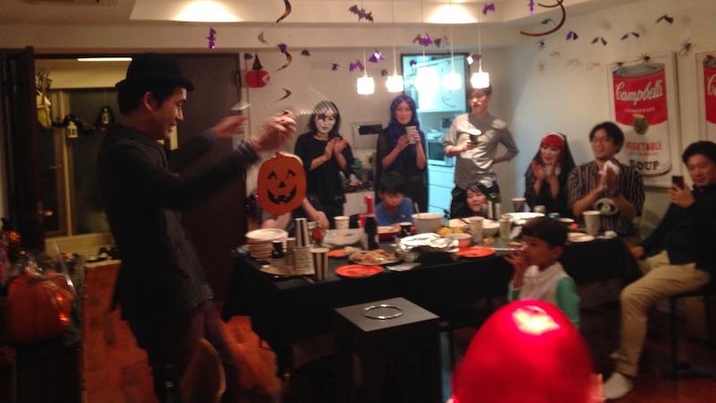 ハロウィーンホームパーティーでマジックショー
