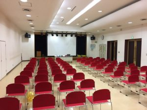 お誕生日会の会場は町のコミュニティセンター ホール
