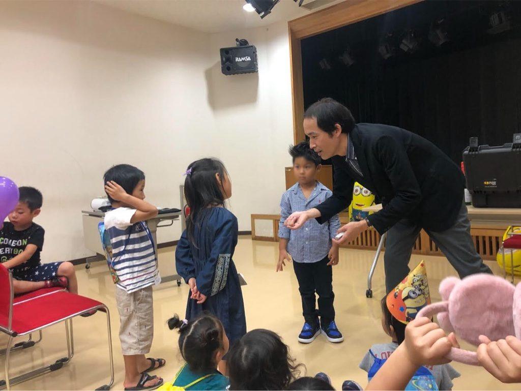 お誕生日会でマジシャンが子供に質問
