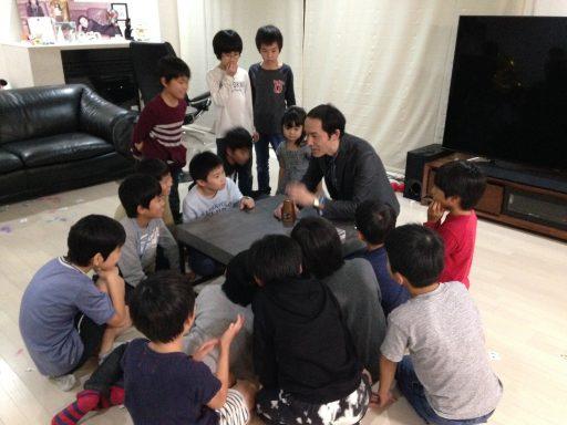 ご家庭で開催の小学生のお誕生日会でマジシャンのマジックショー ワンカップアンドボール