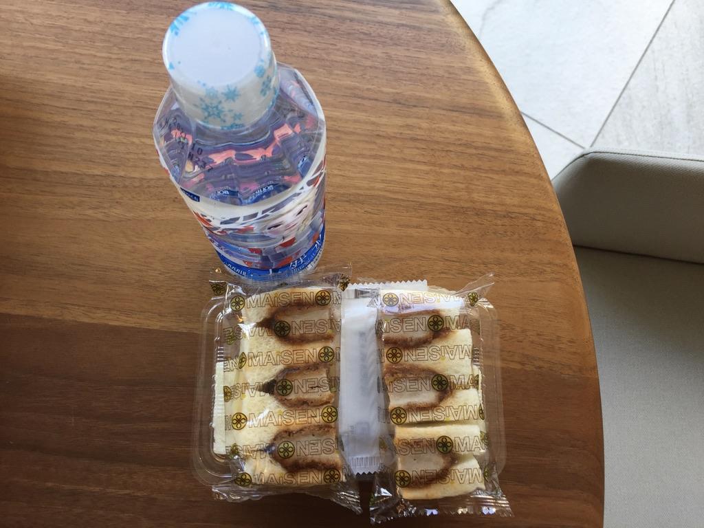お土産にマイセンのサンドウィッチとアナと雪の女王のお水のペットボトル