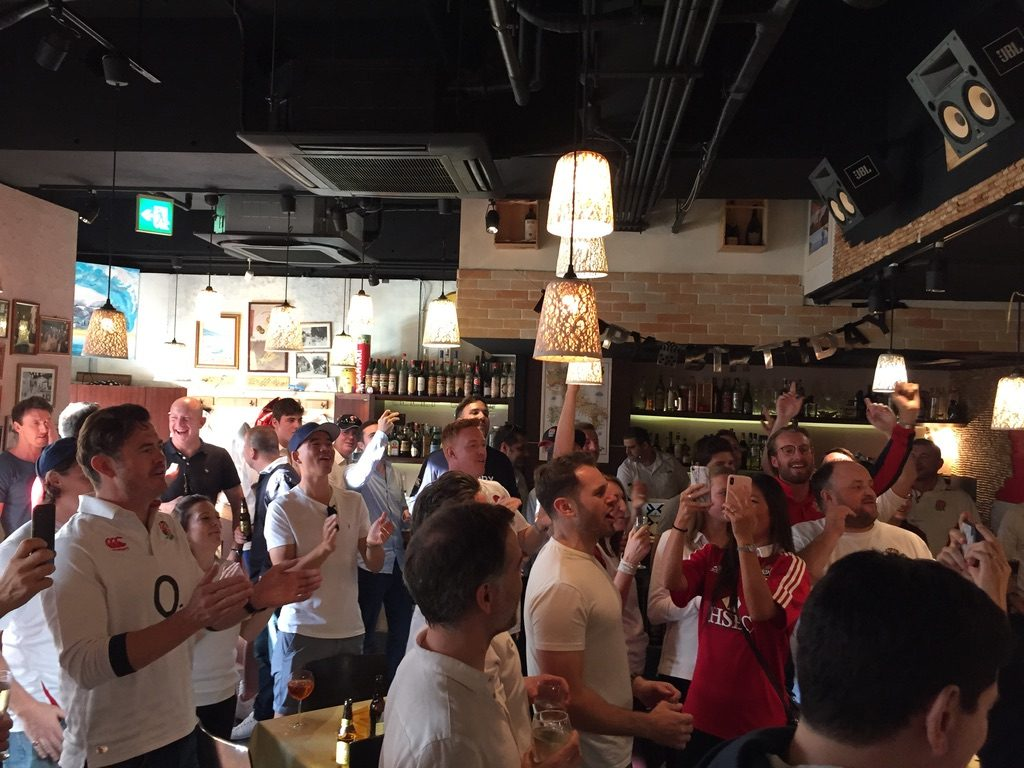 ラグビーワールドカップ決勝前にレストランで盛り上がるイングランドの人々 マジシャン出張、派遣マジックショー