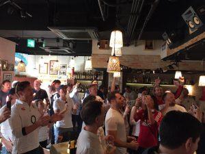 ラグビーワールドカップ決勝前にレストランで盛り上がるイングランドの人々
