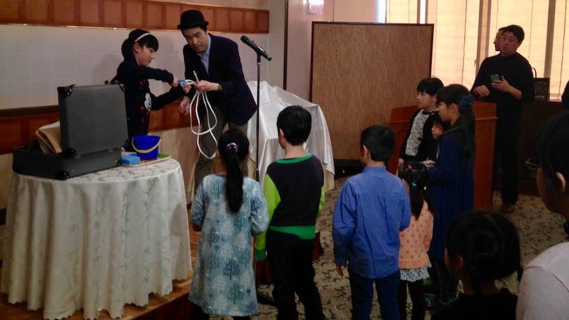 企業の家族参加の忘年会でマジックショー
