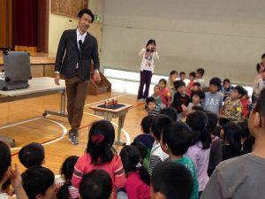 小学校でマジックショーをするマジシャンえいち