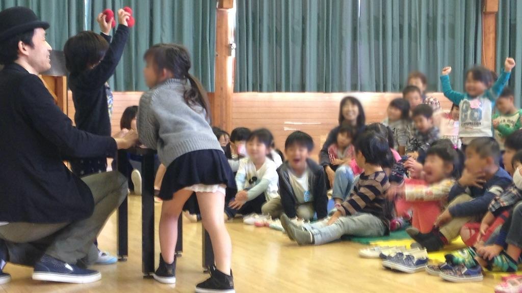 幼稚園の芸術鑑賞会でマジシャンのマジックショー