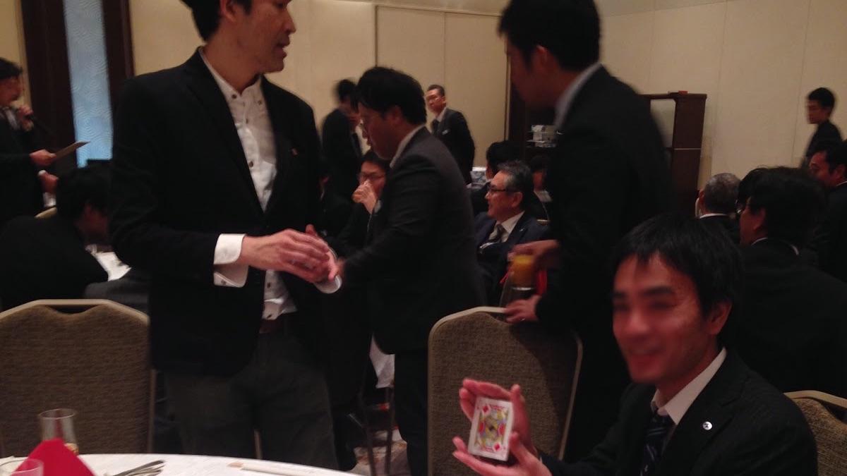 企業の忘年会でテーブルホッピングマジック