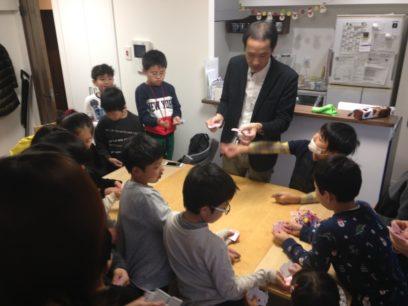 クリスマスホームパーティーでマジシャンの子供向けマジックショー 全員参加のマジック