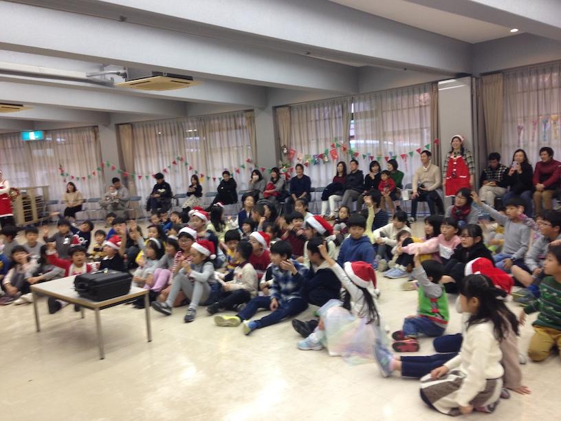 子ども会のクリスマス会でマジックショー