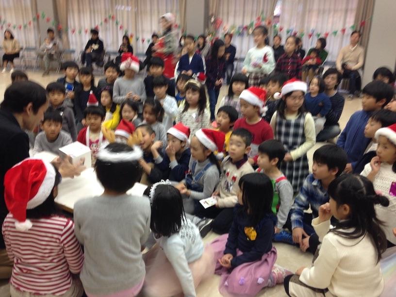 子ども会のクリスマス会でマジックショー 近くで見る子供たち