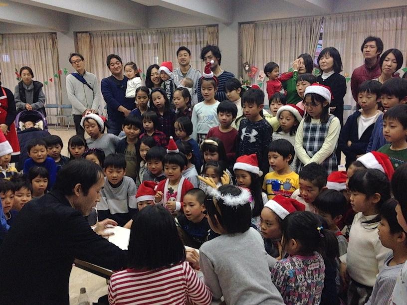 子ども会のクリスマス会でマジックショー 集中