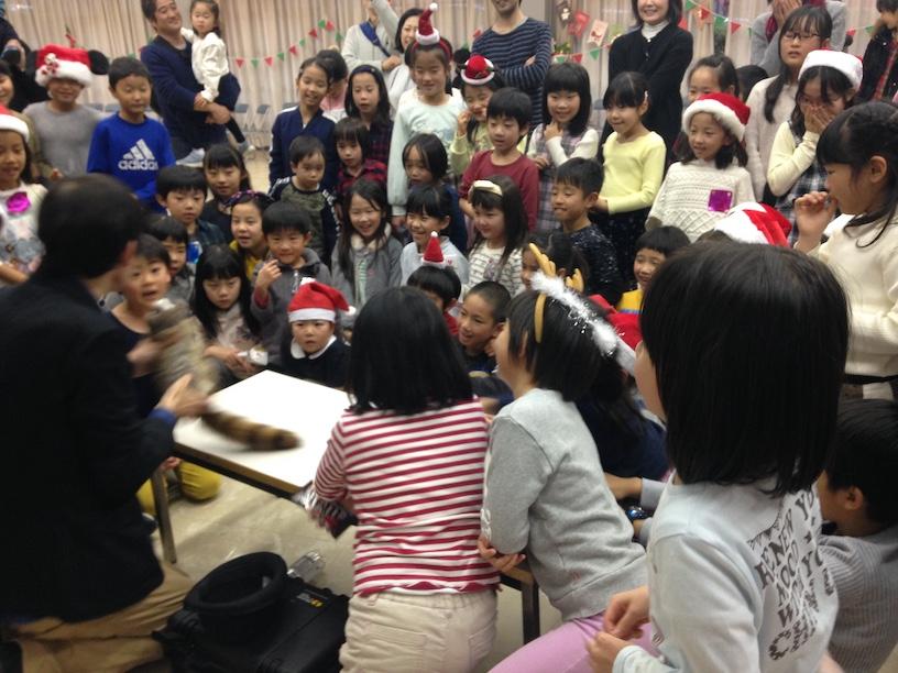 子ども会のクリスマス会でマジシャン出張 ロープ 子供達に人気