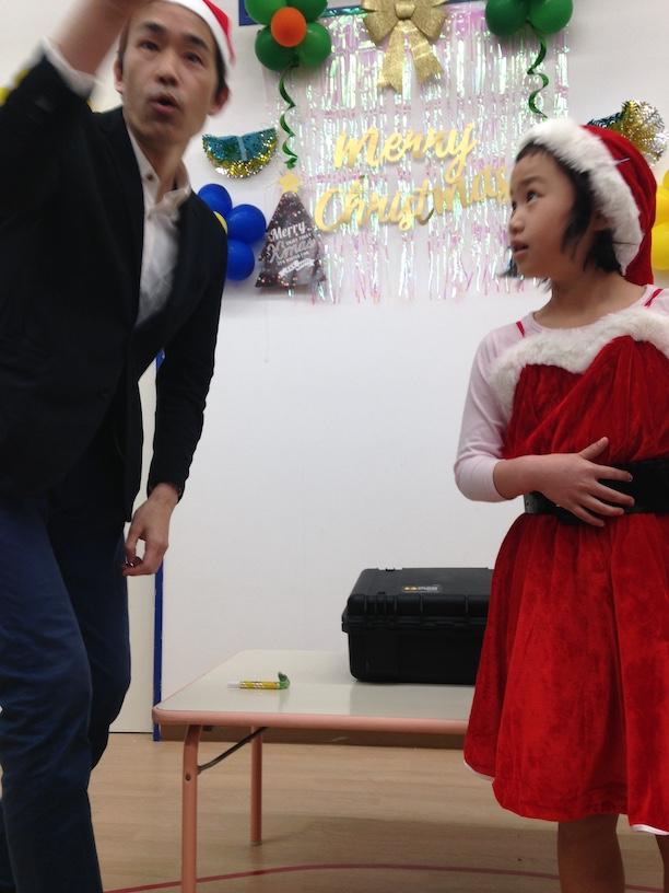 イングリッシュスクールイマジンJAPAN南行徳児童園のクリスマスパーティー サンタの女の子