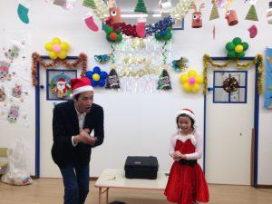 イングリッシュスクールイマジンJAPAN南行徳児童園のクリスマスパーティーにマジシャンの子供向けマジックショー 拍手!