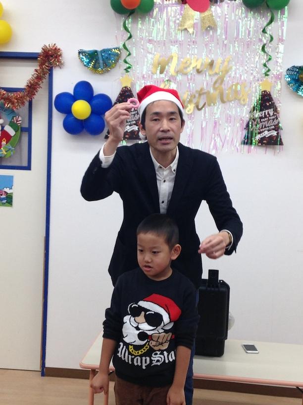 イングリッシュスクールイマジンJAPAN南行徳児童園のクリスマスパーティー 髪留めを使ったマジック
