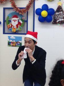 イングリッシュスクールイマジンJAPAN南行徳児童園のクリスマスパーティー マジシャンの口からカード