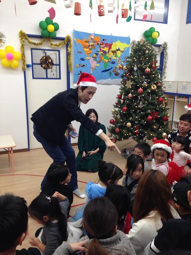 イングリッシュスクールイマジンJAPAN南行徳児童園のクリスマスパーティー 子供のポケットに移動するカード