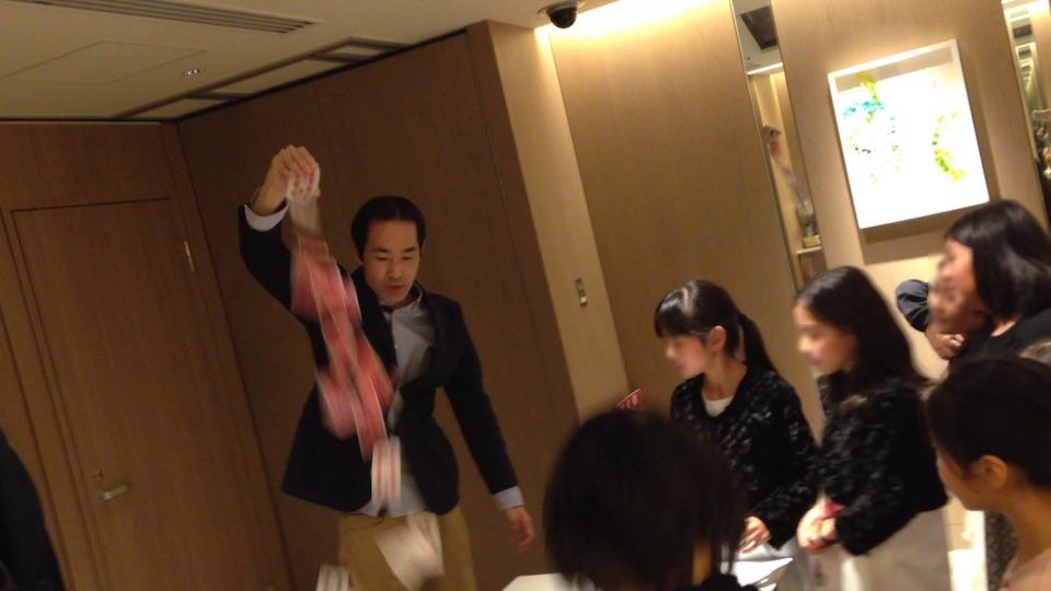 11歳の娘のお誕生日ディナーでマジックショー in 港区 カードを投げ出すマジシャン