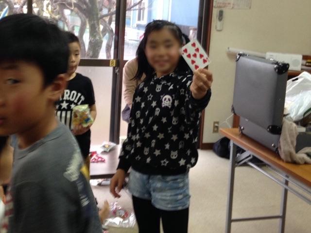 習字教室のクリスマスパーティーでマジシャンの子供向けマジックショー