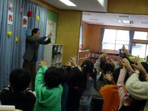 手が手を貫通 学童保育のお別れ会でマジシャンのマジックショー in 東村山市