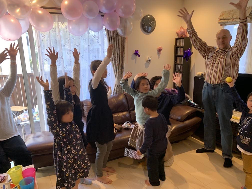 手を挙げる子どもたち 9歳になる娘さんのお誕生日会でサプライズの出張マジックショー