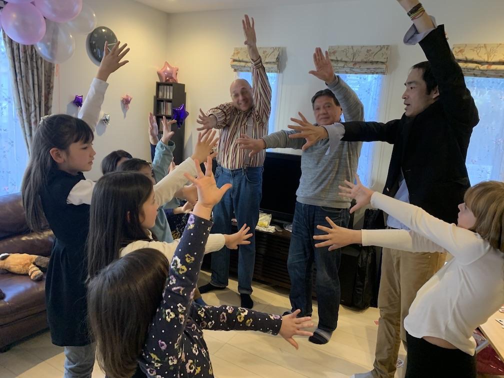 左手を上げます 9歳になる娘さんのお誕生日会でサプライズの出張マジックショー