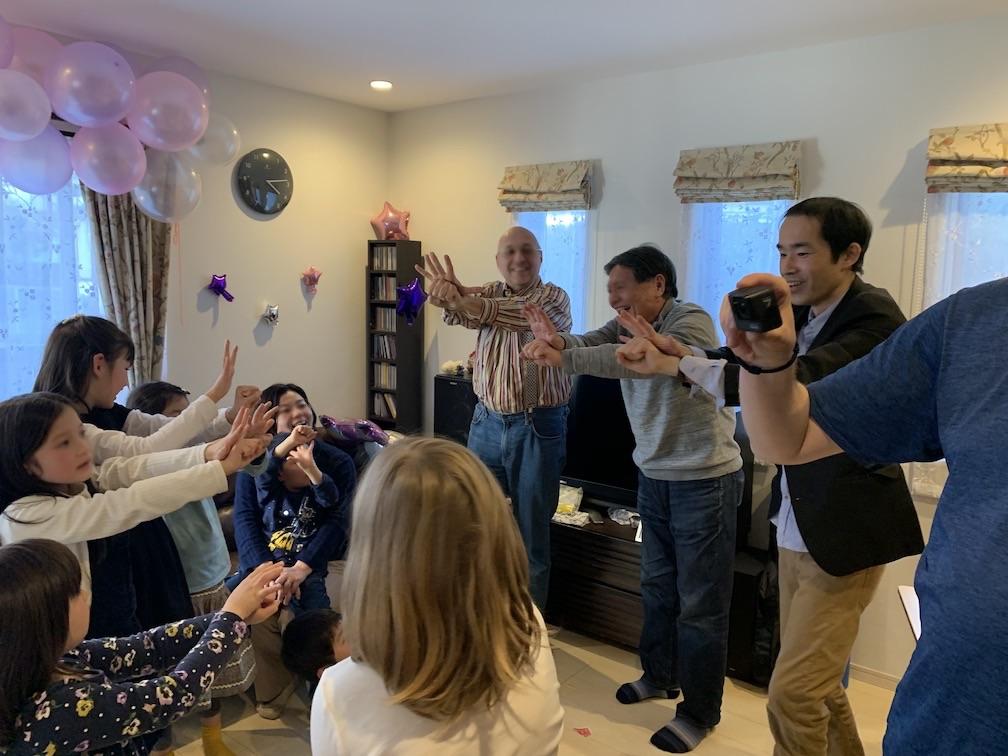 手が手を貫通しました! 9歳になる娘さんのお誕生日会でサプライズの出張マジックショー
