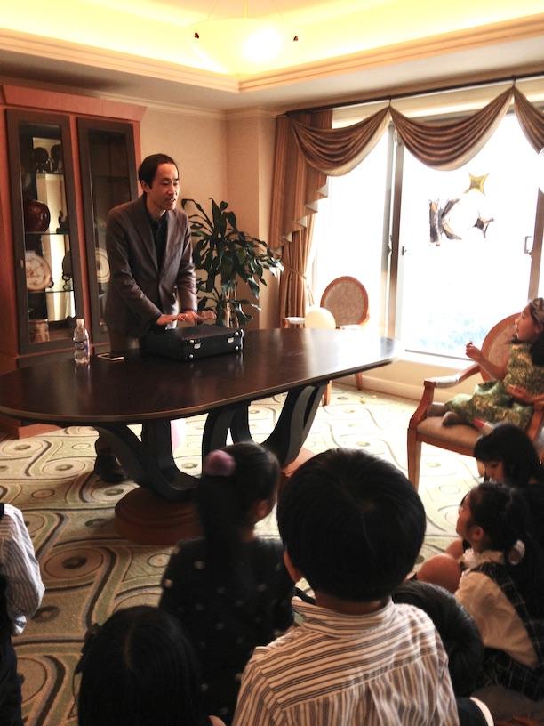 サプライズでマジシャンの出現 双子の10歳の誕生日パーティー in 恵比寿