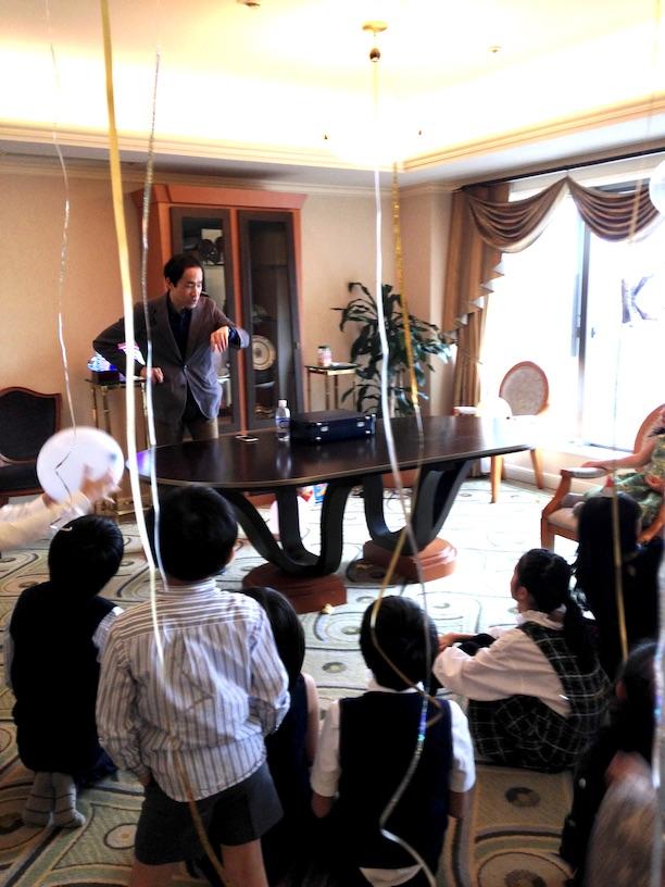 時間を見るマジシャン 双子の10歳の誕生日パーティー 出張、派遣