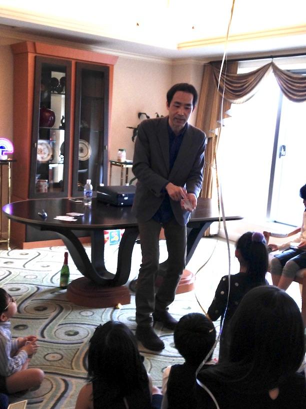 カットの説明 双子の10歳の誕生日パーティー マジシャンのマジックショー
