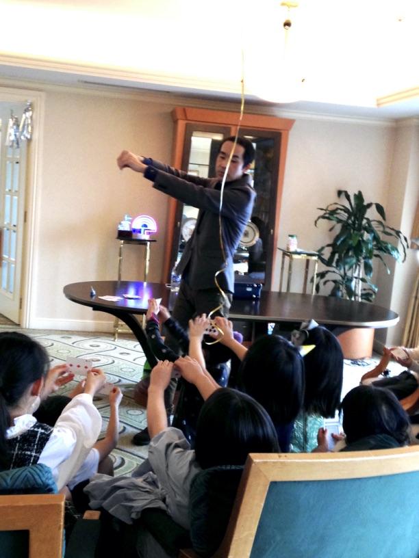 カードを破ります お誕生日パーティー マジシャン のマジックショー