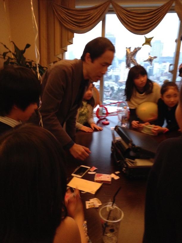 子どもたちに囲まれるマジシャン お誕生日パーティー マジシャンのマジックショー出張、覇権