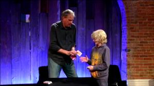 David Williamson LIVE (Penguin LIVE)  エルムズリー・カウントカードを渡す