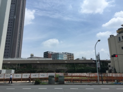 代々木駅横の古いビルの解体後の空き地