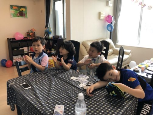 拍手する子供たち 子供のお誕生日パーティーでマジシャンのマジックショー出張、派遣 in 田町