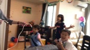 ロープマジックで盛り上がる子供たち 子供のお誕生日パーティーでマジシャンのマジックショー出張、派遣 in 田町
