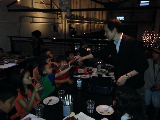 お別れディナーパーティーでマジシャンの出張、派遣マジックショー in TY Harbor オープニング