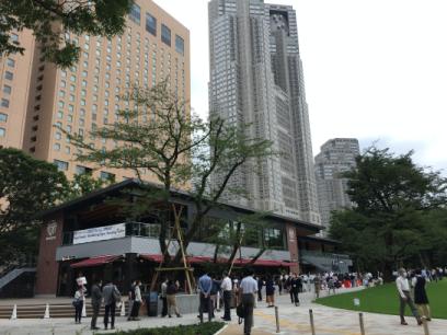 新宿中央公園 SHUKNOVA -シュクノバ-オープンに並ぶ人々