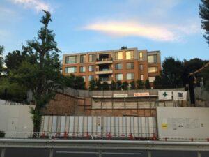 代々木公園駐車場横の高級マンションの前の建設中の空き地