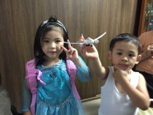 5歳のお誕生日の子と3歳の弟 5歳の誕生日ホームパーティーでマジシャンのマジックショー in 大田区